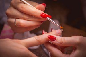 لاک ناخن قرمز ناخن های شما را زرد می کند